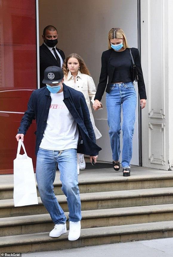 Vẻ ngoài khác lạ của con gái út cựu danh thủ David Beckham - Ảnh 2.