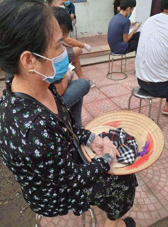 Hối hả đi xét nghiệm COVID-19, người Hà Nội thở phào khi nhận kết quả âm tính - Ảnh 4.