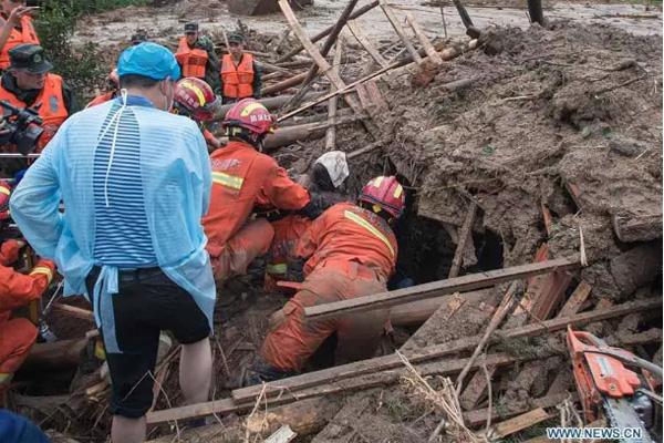 Tin lũ lụt mới nhất ở Trung Quốc: Người lính cứu hỏa khốn khổ dìm chân trong nước 30 tiếng đồng hồ liên tục - Ảnh 2.