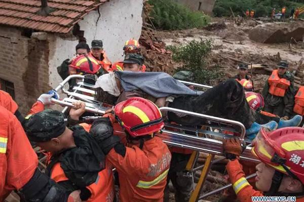 Tin lũ lụt mới nhất ở Trung Quốc: Người lính cứu hỏa khốn khổ dìm chân trong nước 30 tiếng đồng hồ liên tục - Ảnh 3.