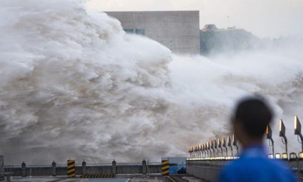Tin lũ lụt mới nhất ở Trung Quốc: Người lính cứu hỏa khốn khổ dìm chân trong nước 30 tiếng đồng hồ liên tục - Ảnh 1.