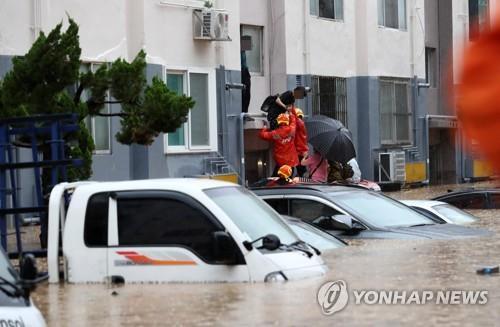 Hàng trăm ngôi nhà, ôtô ở Hàn Quốc ngụp lặn trong nước - Ảnh 1.