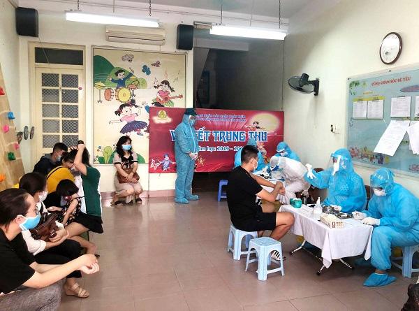 Hối hả đi xét nghiệm COVID-19, người Hà Nội thở phào khi nhận kết quả âm tính - Ảnh 15.
