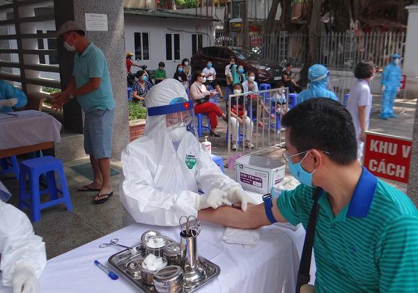 Hối hả đi xét nghiệm COVID-19, người Hà Nội thở phào khi nhận kết quả âm tính - Ảnh 16.