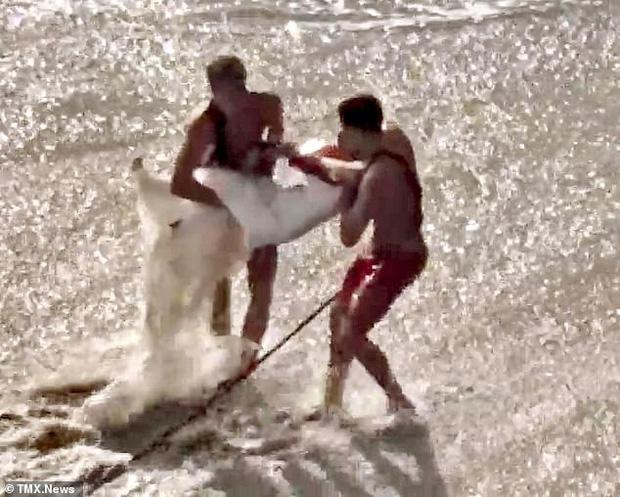 Ra bãi biển chụp ảnh cưới, cô dâu chú rể bị sóng cuốn phăng ra biển, khoảnh khắc con sóng lớn ập đến khiến mọi người thót tim - Ảnh 5.