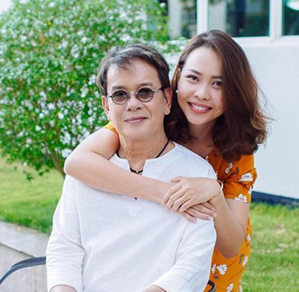 Cuộc hôn nhân kỳ lạ của nhạc sĩ Đức Huy và vợ trẻ kém 44 tuổi - Ảnh 1.