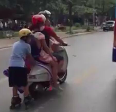 Người đàn ông đèo 3 con nhỏ theo kiểu làm xiếc giữa đường, vị trí của bé trai phía sau khiến nhiều người kinh hãi - Ảnh 1.
