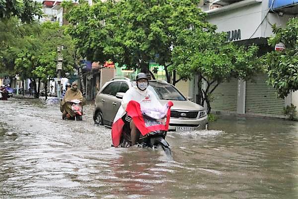 Hải Phòng: Nhiều tuyến phố ngập lụt sau bão số 2 - Ảnh 11.