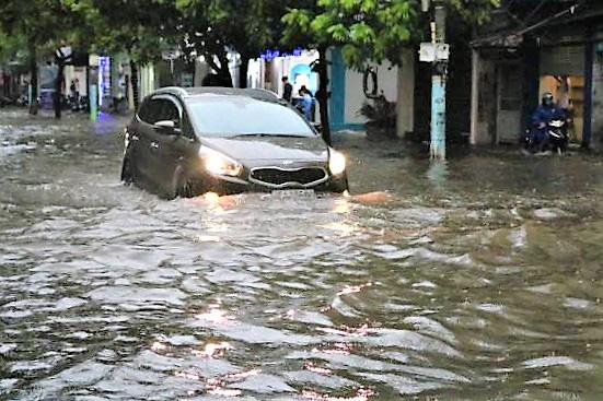 Hải Phòng: Nhiều tuyến phố ngập lụt sau bão số 2 - Ảnh 7.
