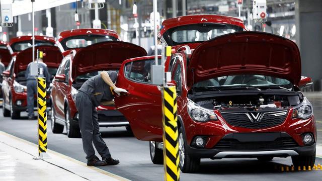 Đại lý hạ giá, nhà nước giảm thu phí: Ô tô vẫn ế đầy kho - Ảnh 3.