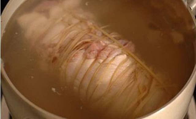 Luộc thịt thêm vài giọt này, thịt thái mỏng tang lại còn mềm, thơm, trắng tinh - Ảnh 3.