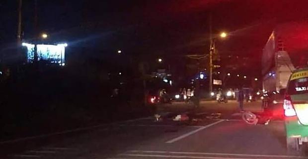 Kinh hãi xe bồn tông người dừng đèn đỏ ở Nhà Bè - Ảnh 1.