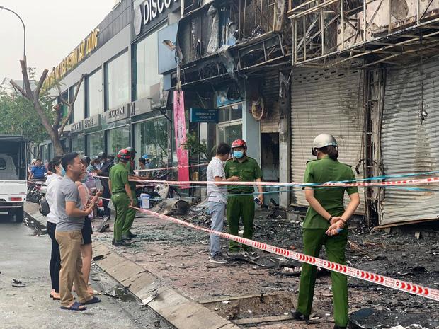 TP.HCM: Chi nhánh ngân hàng Eximbank cùng nhà dân bên cạnh cháy dữ dội lúc rạng sáng - Ảnh 3.
