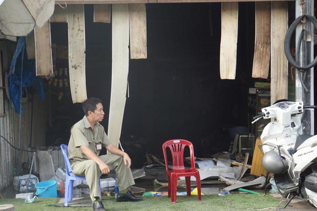 Dãy nhà trọ ở Sài Gòn sụp đổ trong biển lửa, nhiều gia đình nghèo bật khóc vì tài sản bị thiêu rụi - Ảnh 1.
