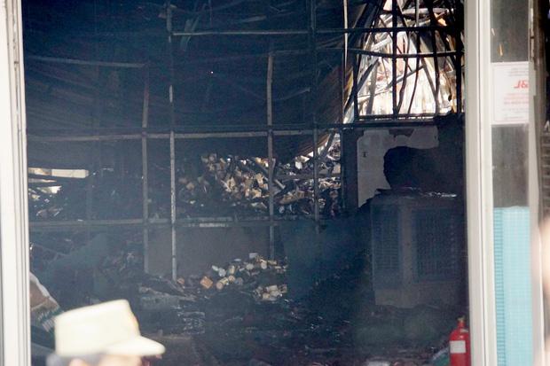 Dãy nhà trọ ở Sài Gòn sụp đổ trong biển lửa, nhiều gia đình nghèo bật khóc vì tài sản bị thiêu rụi - Ảnh 6.
