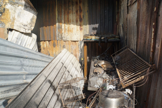 Dãy nhà trọ ở Sài Gòn sụp đổ trong biển lửa, nhiều gia đình nghèo bật khóc vì tài sản bị thiêu rụi - Ảnh 8.