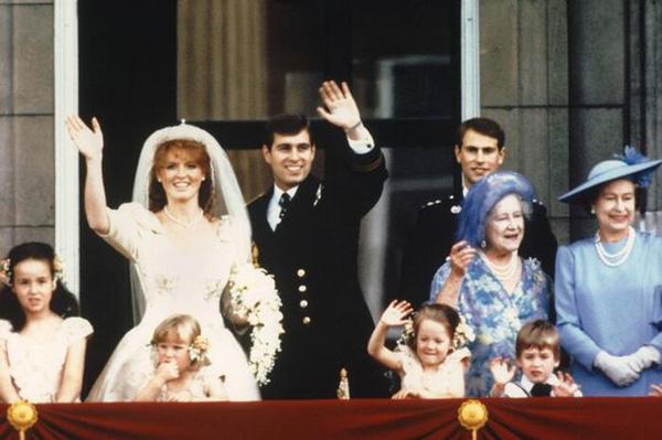 Con dâu để người tình hành động nhạy cảm trên mặt báo, Nữ hoàng Anh nổi giận đùng đùng - Ảnh 3.
