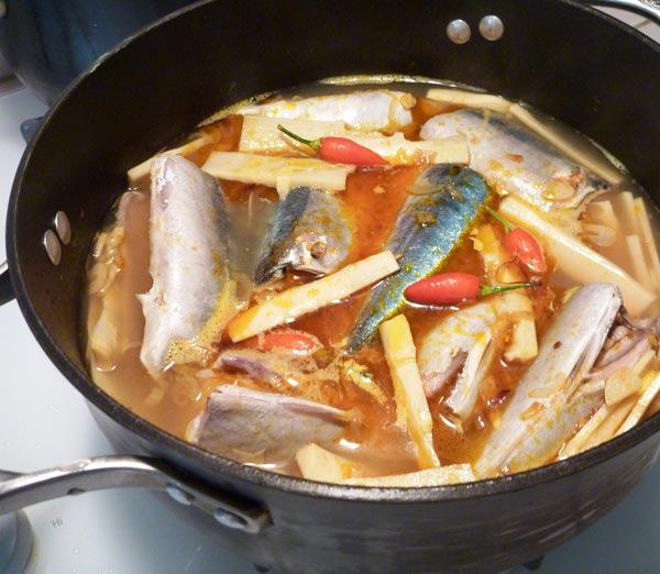 Kỹ thuật kho cá 3 lửa: Nghe lạ đời nhưng thành quả lại ngon nức nở, cá không tanh, đậm đà, thơm bùi, để cả tháng vẫn không sợ hỏng - Ảnh 2.
