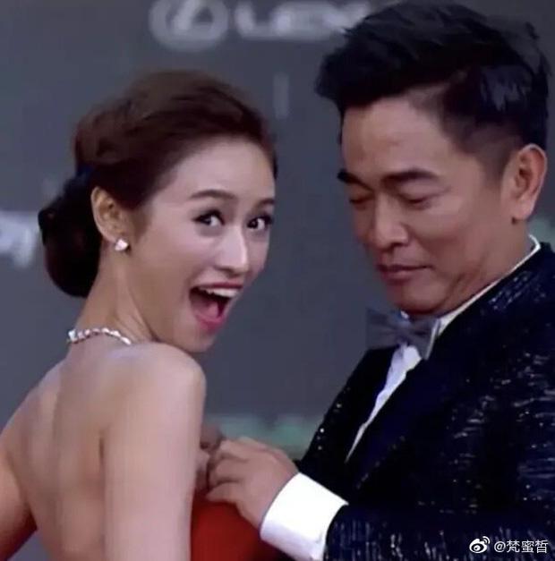 خواننده تایوانی وقتی لباس را برای دخترش تنظیم می کند بحث برانگیز است - عکس 1.
