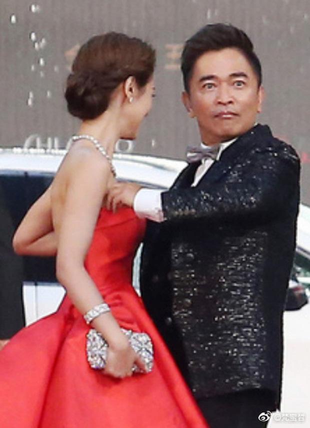 خواننده تایوانی وقتی لباس دوست دختر خود را تنظیم کرد جنجال برانگیز شد - عکس 2.