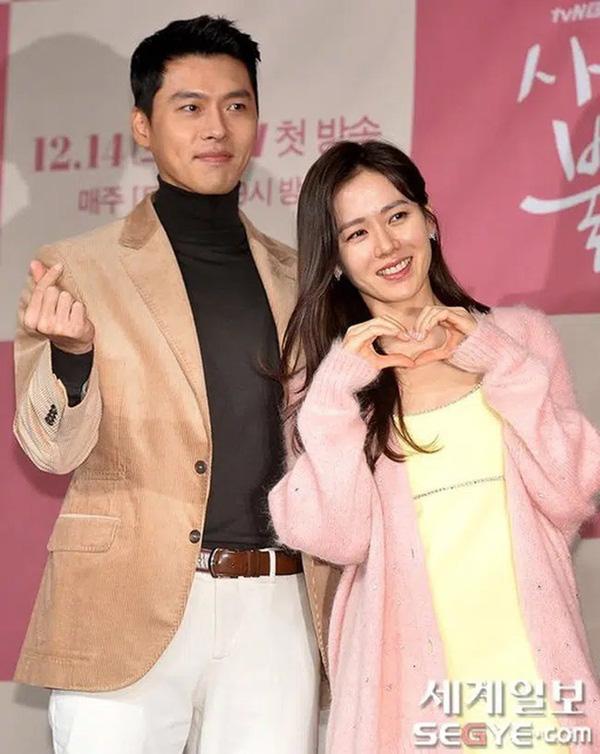 سون یه جین هنگام راه رفتن به سمت هیون بین ، انواع مدلهای مو رو عوض کرد ، در حالی که به جونگ هه یین یا سو جی ساب ، اون رو ساده نگه داشت - عکس 5.