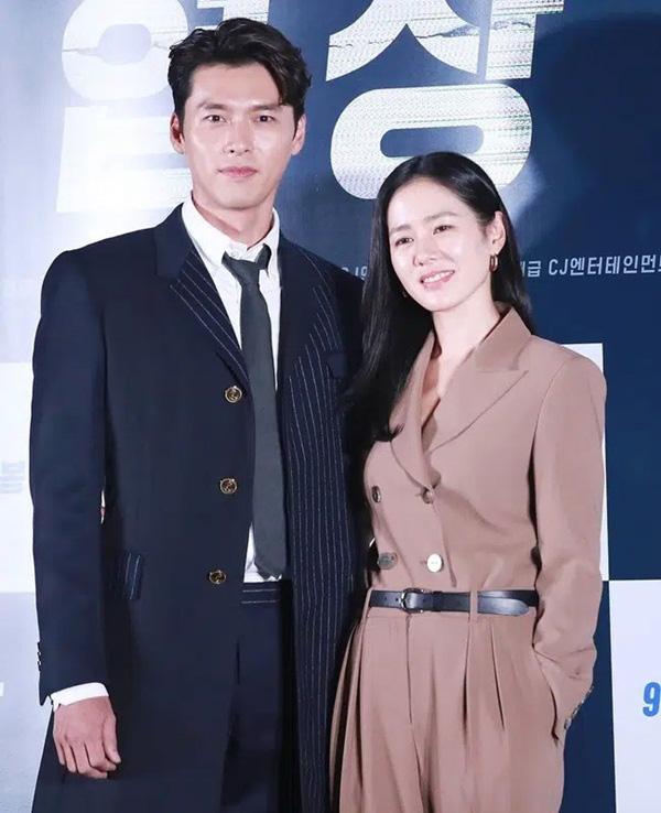 سون یه جین هنگام راه رفتن به سمت هیون بین ، انواع مدل های مو را تغییر داد ، در حالی که به جونگ هائه یین یا سو جی زیر ، آن را ساده نگه داشت - عکس 9.