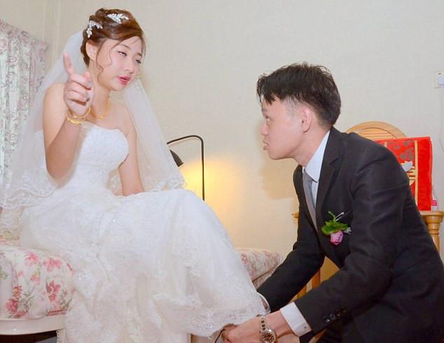 عروسی با گریه خندید: عروس بیش از حد مست بود و درخواستی برای برقراری نظم خانوادگی و پایان غیرمنتظره در وسط خانه داماد ایستاده بود - عکس 3.