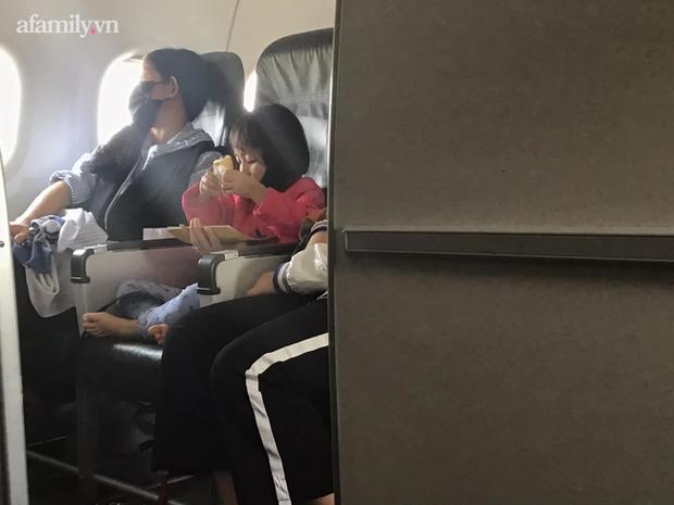 Hành động nhỏ của bé gái trên chuyến bay khiến cư dân mạng đồng loạt nhận định: Lớn lên sẽ thành người tử tế! - Ảnh 1.