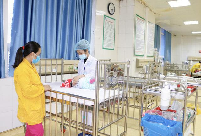 Từ vụ trẻ ngừng thở vì bố mẹ rửa mũi bằng xi lanh, bác sĩ hướng dẫn cách rửa mũi đúng - Ảnh 2.