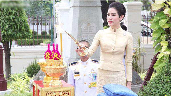 Hoàng quý phi mặc áo đôi quỳ rạp bên cạnh Vua Thái Lan - Ảnh 3.