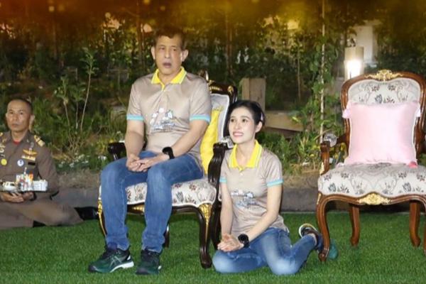 Hoàng quý phi mặc áo đôi quỳ rạp bên cạnh Vua Thái Lan - Ảnh 2.