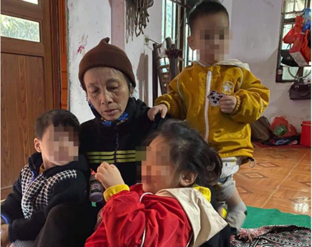 2 cháu bé bị bỏ rơi trên đê sông Hồng có thể phải vào trại trẻ mồ côi - Ảnh 2.