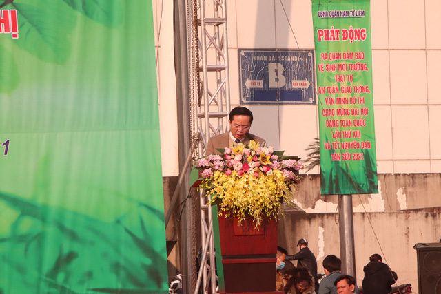 Hàng trăm cán bộ, chiến sĩ, công nhân ra quân bảo vệ môi trường, trật tự ATGT tại quận Nam Từ Liêm (Hà Nội) - Ảnh 2.