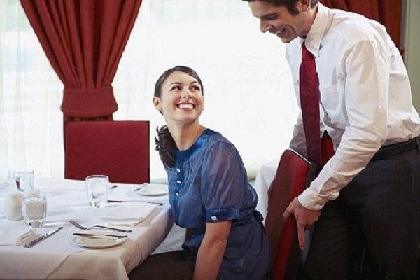 Nếu không muốn trở thành người vô duyên khi đi ăn nhà hàng bạn cần nắm rõ các nguyên tắc sau - Ảnh 1.