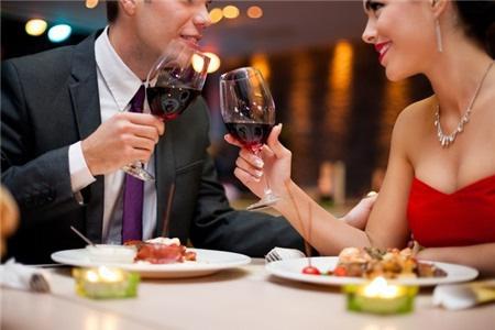Nếu không muốn trở thành người vô duyên khi đi ăn nhà hàng bạn cần nắm rõ các nguyên tắc sau - Ảnh 3.