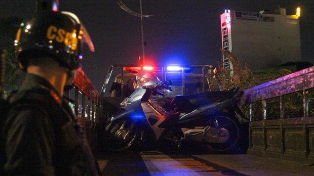 مرد عاشقانه و غم انگیز ، مرد موتور خود را به سرعت به پلیس راهنمایی و رانندگی رساند ... در جستجوی مرگ - عکس 2.