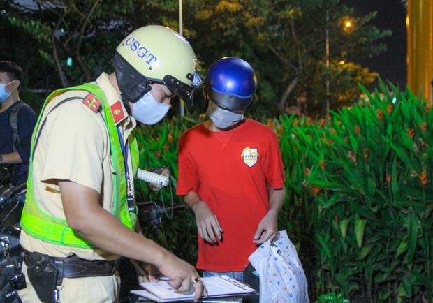 مرد عاشقانه و غم انگیز ، مرد موتور خود را به سرعت به پلیس راهنمایی و رانندگی رساند ... در جستجوی مرگ - عکس 3.