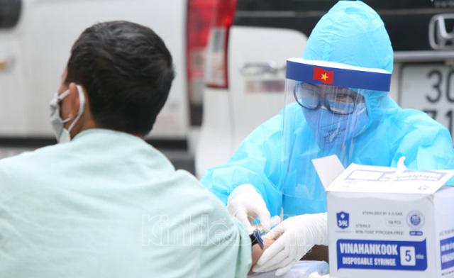 Người đàn ông bán hải sản ở Hà Nội mắc COVID-19 - Ảnh 3.