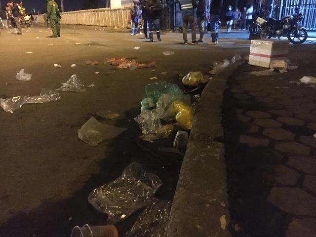 صدها کارگر از هانوی مجبور شدند سال نو میلادی را برای پاکسازی بیش از 300 تن زباله برگزار کنند - عکس 3.
