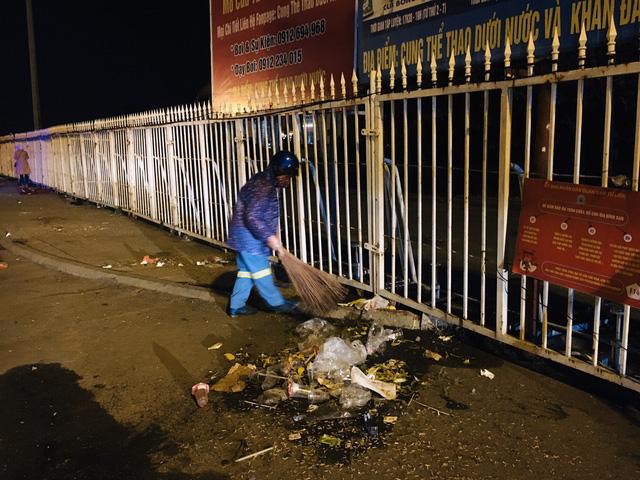 صدها کارگر در هانوی مجبور می شوند ، شب سال نو را برای پاکسازی بیش از 300 تن زباله انجام دهند - عکس 4.