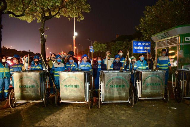 صدها کارگر در هانوی مجبور به پذیرفتن شب سال نو برای پاکسازی بیش از 300 تن آوار هستند - عکس 5.