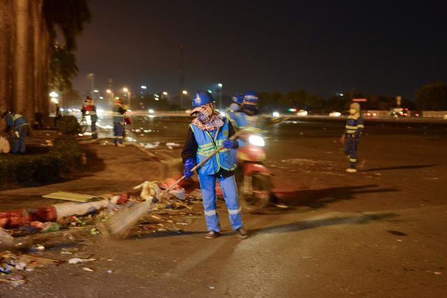 صدها کارگر در هانوی مجبور هستند ، شب سال نو را برای پاکسازی بیش از 300 تن آوار - عکس 6.