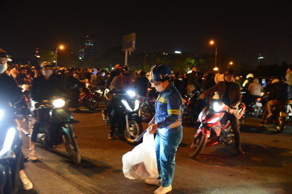 صدها کارگر در هانوی برای پاکسازی بیش از 300 تن زباله ، تب و تاب سال نو را در آغوش می گیرند - عکس 8.