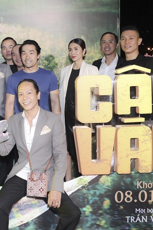 زوج Tang Thanh Ha در حال تماشای فیلم Cau Vang - تصویر 1.