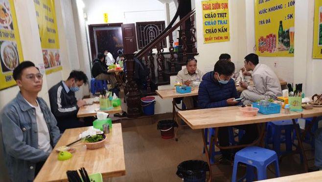 Đi uống cà phê, hàng trăm người ở Hà Nội bị xử phạt vì không đeo khẩu trang, cố tình mở cửa hàng kinh doanh - Ảnh 1.