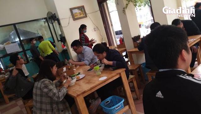 """Hà Nội: Rùng mình với quán ăn rôm rả, tập nập """"như chưa hề có"""" dịch COVID-19 - Ảnh 4."""