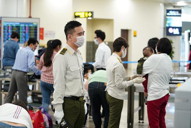 وزارت حمل و نقل تأیید کرد که آزمایش COVID-19 برای 3200 کارمند در فرودگاه Noi Bai تأثیری در عملیات پرواز ندارد - عکس 2.