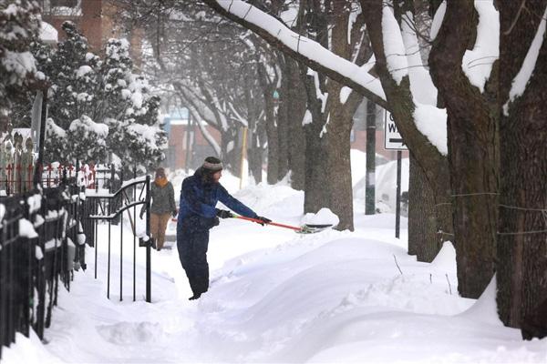 Hình ảnh người dân Texas oằn mình trong bão tuyết kỷ lục, đồ đạc trong nhà đóng băng, người dân chết vì mất điện - Ảnh 4.