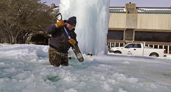 Hình ảnh người dân Texas oằn mình trong bão tuyết kỷ lục, đồ đạc trong nhà đóng băng, người dân chết vì mất điện - Ảnh 5.