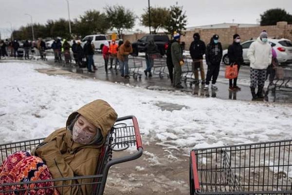 Hình ảnh người dân Texas oằn mình trong bão tuyết kỷ lục, đồ đạc trong nhà đóng băng, người dân chết vì mất điện - Ảnh 8.